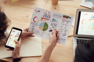 mano mostra grafico - calcolo indicatori della crisi di impresa