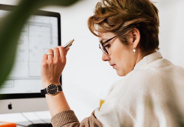 donna in ufficio - codice della crisi di impresa che misure adottare