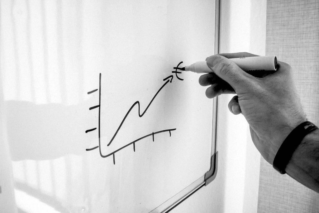 uomo disegna grafico liquidità aziendale